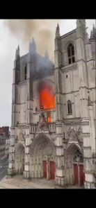 حريق هائل داخل كاتدرائية نوتردام في باريس