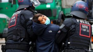 الشرطة الألمانية تتصدى لتظاهرات مناهضة لإجراءات العزل بمدافع المياه ورذاذ الفلفل