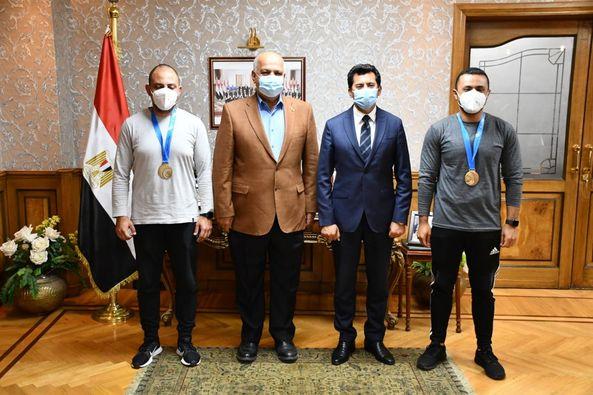 وزير الرياضة يكرم عزمي وعبد العزيز محيلبه ويشيد بأداء بعثة المنتخب الوطني