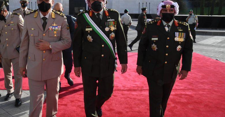 القائد العام للقوات المسلحة وزير الدفاع والإنتاج الحربى يعود إلى أرض الوطن عقب حضوره مراسم الإحتفال بالذكرى المئوية الأولى لتأسيس الدولة الأردنية